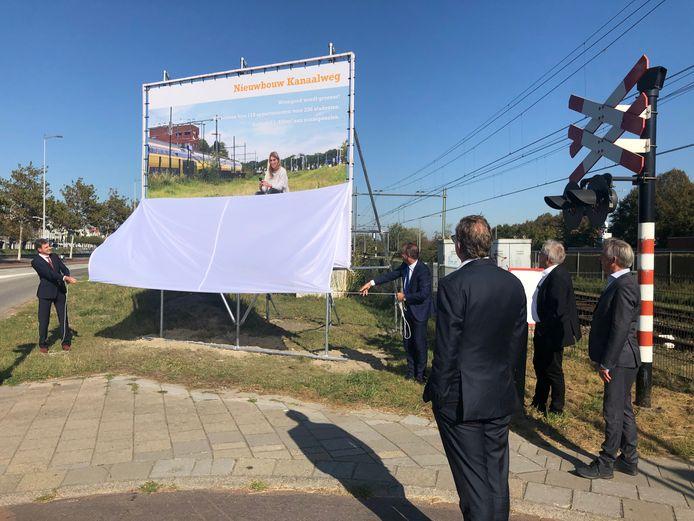Onthulling van het bouwbord voor de studentenhuisvesting van Woongoed Middelburg tussen de spoorlijn en het kanaal, aan de Kanaalweg in Middelburg.
