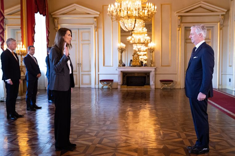Premier Sophie Wilmès (MR) (l.) legt de eed af bij koning Filip (r.). Beeld Photo News
