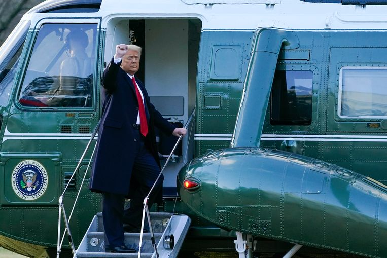 Donald Trump gaat een laatste keer aan boord van de Marine One op de South Lawn van het Witte Huis.  Beeld AP