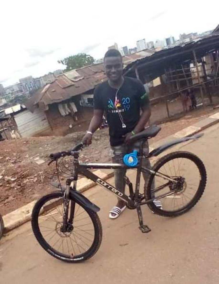 Joseph Kakande met zijn nieuwe fiets gedoneerd door Volkskrant-lezers Beeld Mark Schenkel