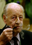 Rudolf-August Oetker, die in 2007 overleed en het bedrijf overliet aan zijn acht kinderen uit drie huwelijken.