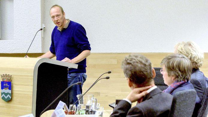 Bewoner Martijn van Laren houdt een emotioneel betoog tegen de opvang van vluchtelingen.