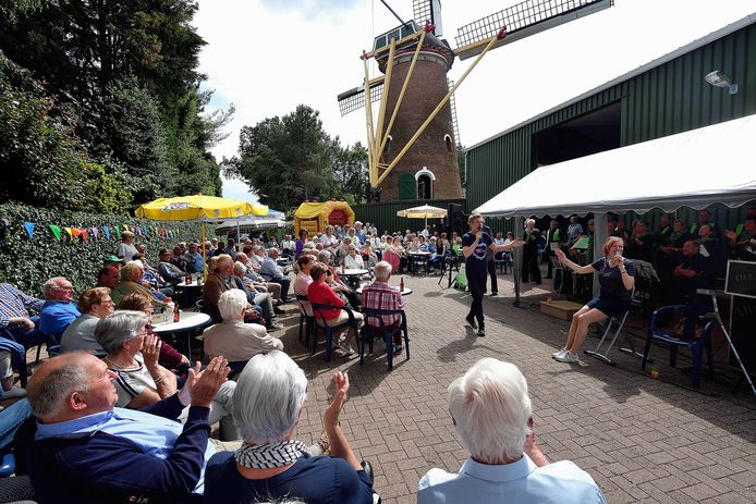 Festiviteiten met muziek bij de molen aan de Sprangweg in Hoeven.