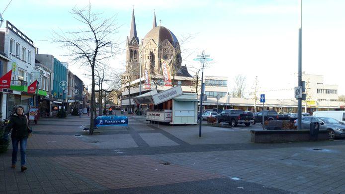 De Heuvel in Geldrop met het parkeerterrein waar de weekmarkt plaatsvindt.