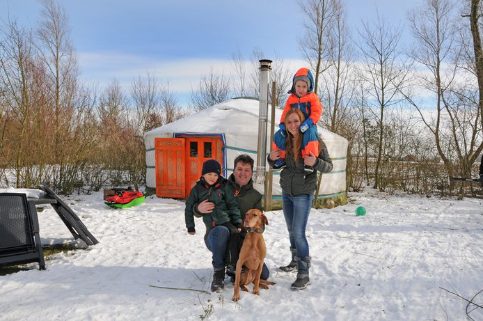 Dick Mollen en Margriet Scholtes en hun zoontjes Boris (4) en Pim (5) uit Hapert brengen een nachtje in de yurt door
