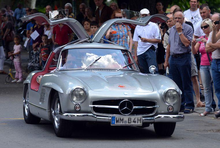 Een Mercedes-Benz 300SL Coupé, ook bekend als de 'Gullwing', tijdens de Old Timers Tour in Hongarije in 2013. Beeld Hollandse Hoogte / AFP