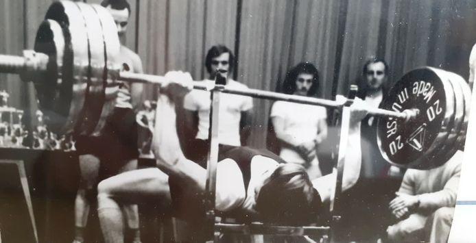 Ivan Dewitte tijdens een van zijn vele wedstrijden 'powerliften bankdrukken'.
