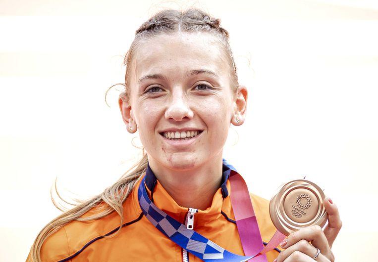 Femke Bol, 21 jaar nog maar, met haar bronzen medaille. Beeld ANP