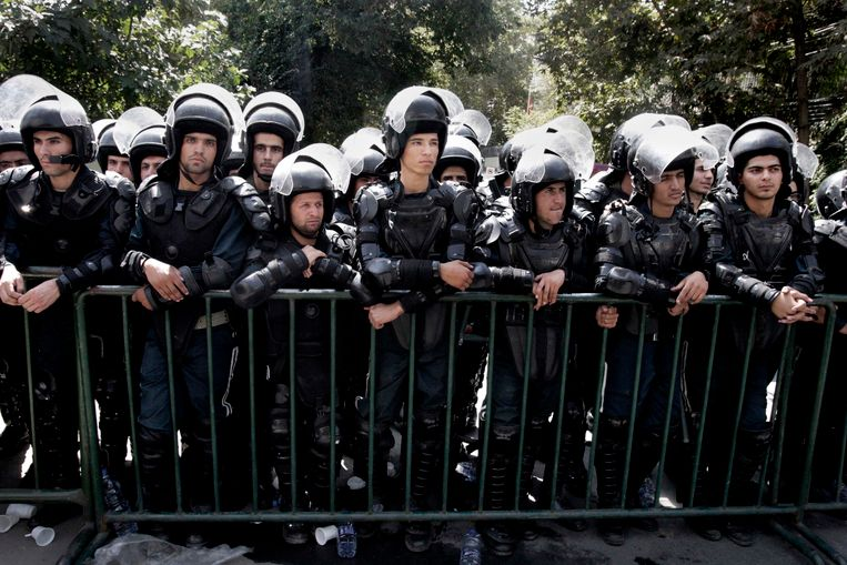 Iraanse politieagenten bij van de Zwitserse ambassade in Teheran, die de Amerikaanse belangen in Iran vertegenwoordigt. Beeld AP