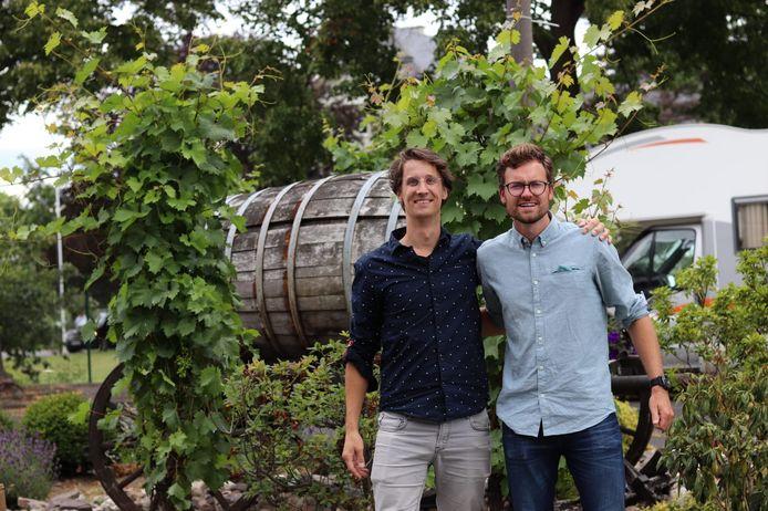 Richard Stuijt (l.) en Wytse Bongers lanceren de wijn 'Utrechts Vaccin'.