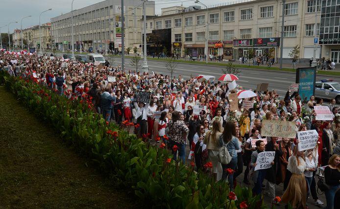 Duizenden vrouwen gingen zaterdag in de hoofdstad Minsk de straat op.
