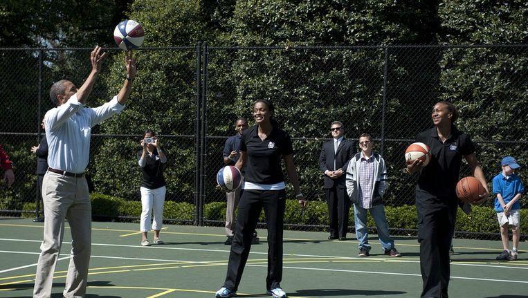 President Obama tijdens een eerder potje basketbal. Beeld EPA