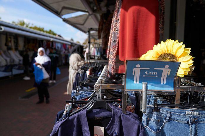 De zonnepanelen komen op de kraampjes van de Haagse markt.