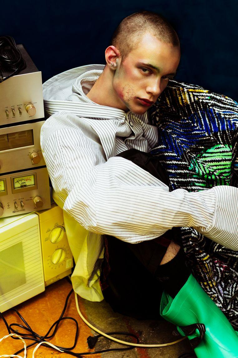 Fotografe Laura Knipsael (23) combineerde haar bezorgdheid om het milieu met modefotografie. Ze koos voor zeven thema's gaande van zure regen tot e-waste en probeerde daar telkens een passend beeld bij te maken. Het resultaat is telkens een compositie die er op het eerste gezicht mooi uitziet maar voor de aandachtige toeschouwer een verontrustende boodschap vertelt. Beeld Laura Knipsael