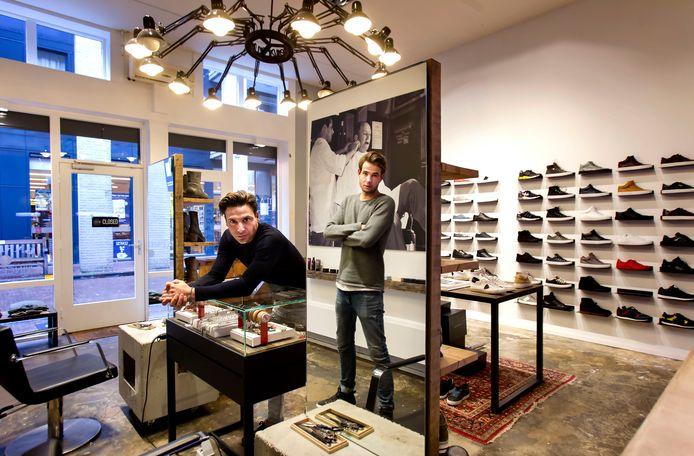 Sammie Aktac (links) en Bastiaan Rijken van Vincenzo Shoes & Barber in Helmond poseren in hun zaak.