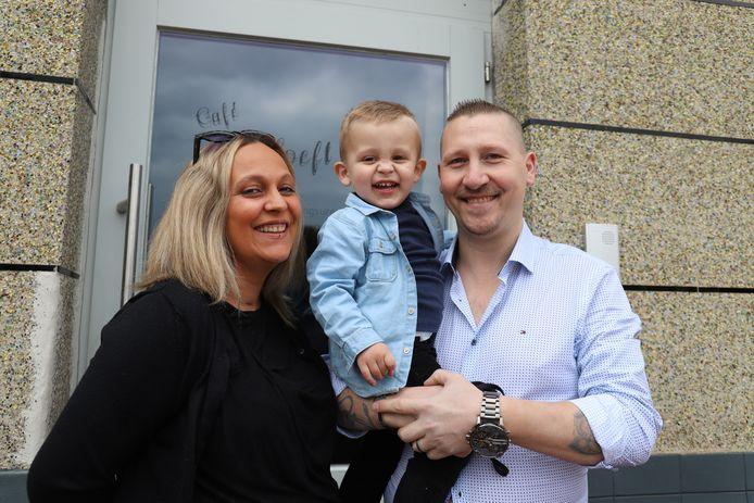 De nieuwe uitbaters David De Smedt, Lotte De Prins en hun zoontje Jeff.