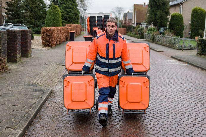 Hwet afleveren van de pmd-bakken, voor Er wordt nog steeds veel te veel afval in de oranje PMD-containers gegooid, dat daar niet in thuishoort. Hellendoorn wil dat haar burgers het afval nog beter gaan scheiden.