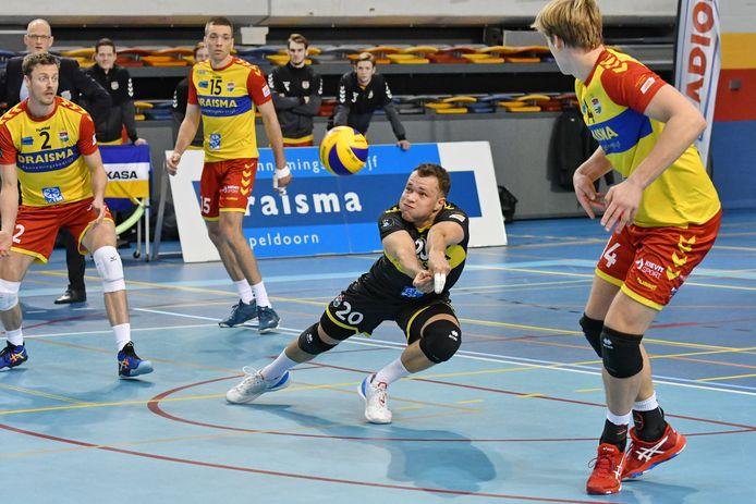Met een uiterste krachtsinspanning pareert Dynamo's libero Jeffrey Klok een bal van Sliedrecht. Teamgenoten Jeroen Rauwerdink, Sjoerd Hoogendoorn en Wessel Blom staan paraat.