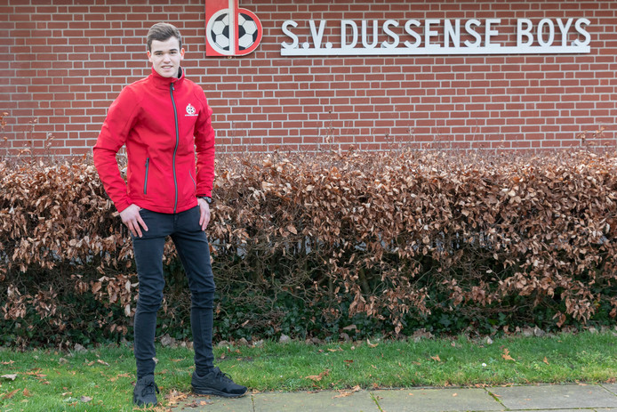 Dussens Joeri van Heel wil scoren voor zijn moeder. Inzet: Joris de Kok (Be Ready).