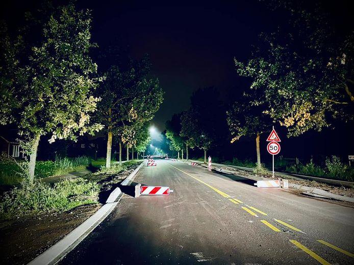 De wegafzettingsborden die omver zijn gegooid op de provinciale weg tussen Hilvarenbeek en Diessen.