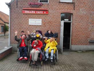 """JH Mussenakker stelt terras op voor bewoners van vzw De Kade: """"Zo kunnen ze onbezorgd genieten van een terrasje"""""""