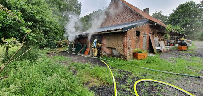 De brandweer van de zone Westhoek ging de brand in het berghok in Proven te lijf.