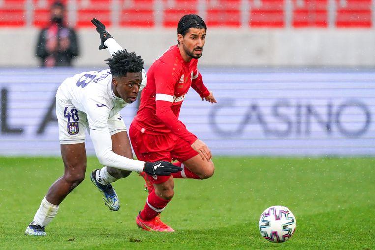 Anderlecht-captain Albert Sambi Lokonga (l.) in duel met Lior Refaelov van Antwerp. Beeld Photo News