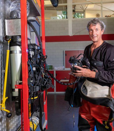 Brandweerduiker Douwe (60) uit Heerde rukt nog altijd uit op zijn fiets met blauwe claxon