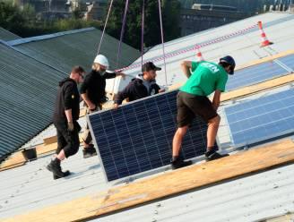 """Kringloopwinkel krijgt 35 'tweedehands' zonnepanelen van Eneco: """"Schenken ze liever weg dan ongebruikt te laten liggen"""""""