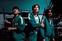 Zuid-Koreaanse acteurs in een scène van Squid Game. Vanaf links: Park Hae-soo, Lee Jung-jae en Jung Ho-yeon.
