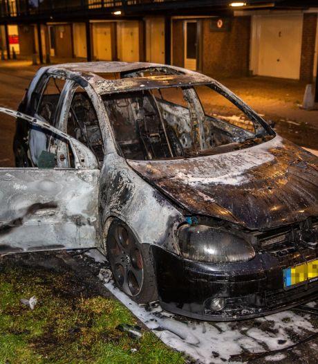 Auto brandt uit in Roosendaal, omwonenden worden wakker van harde knallen