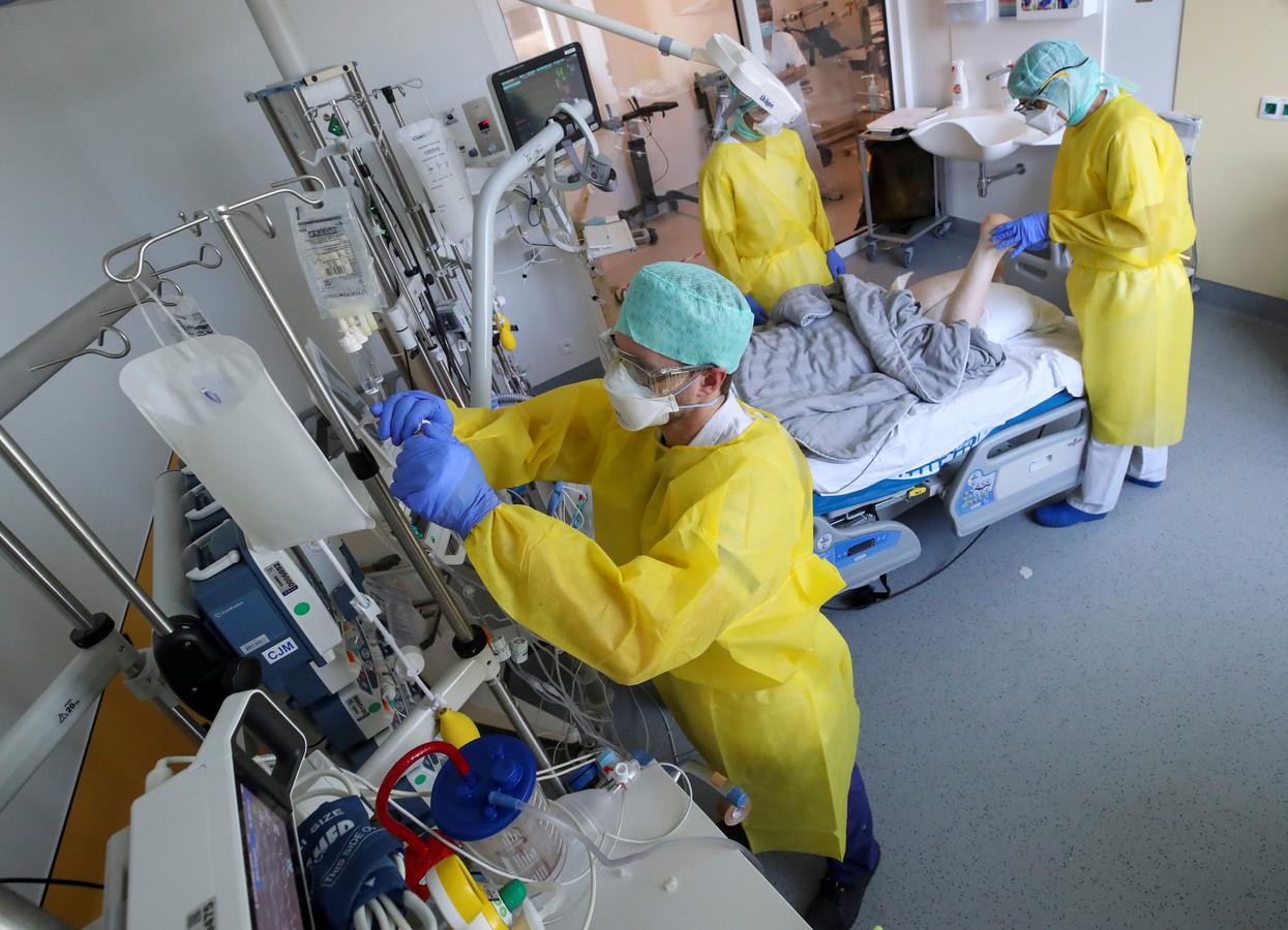 Traitement d'un patient Covid, à l'hôpital Delta, fin mars