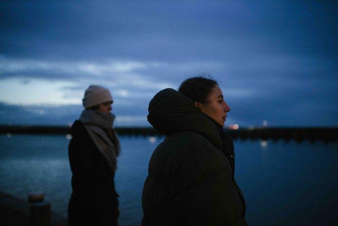 Sarah Neutkens (voorgrond) en Kika Sprangers op Vlieland.