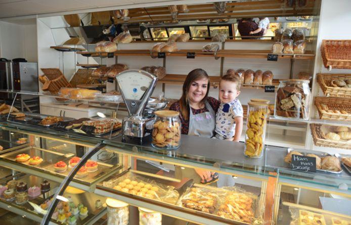 Marinka van Hekke met haar neefje Ryv Koster achter de toonbank van haar eigen, nieuwe winkel.