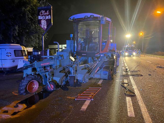 Langs de Brugsesteenweg werd een vlasmachine achteraan aangereden door een auto.