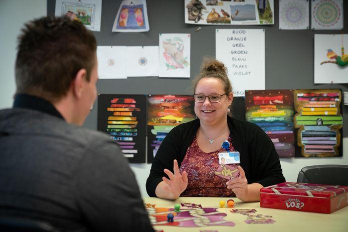 Ellen de Ruiter doet een spel met een patiënt op de afdeling psychiatrie om hem over persoonlijke dingen aan het praten te krijgen.