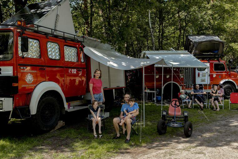 Links: Het gezin Van Schieveen. Rechts: Het gezin Van Wijngaarden (rechts) op Camping De ReCreatie in Leusden.  Beeld Desiré van den Berg