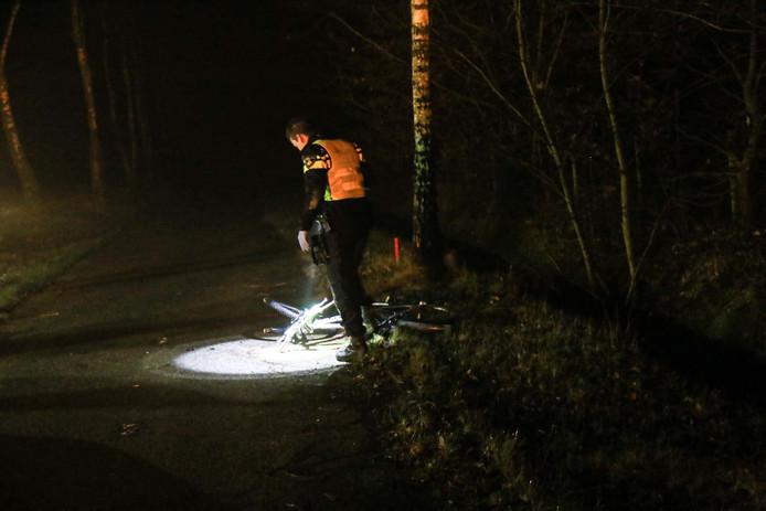 Hulpdiensten bij de zwaargewonde fietsster in Helmond.