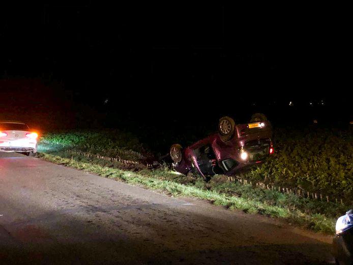 De auto belandde in het weiland.