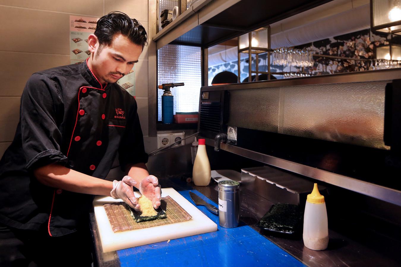 Marvin Cooke, eigenaar van Sumo Oriental, aan het werk in de sushi-keuken.