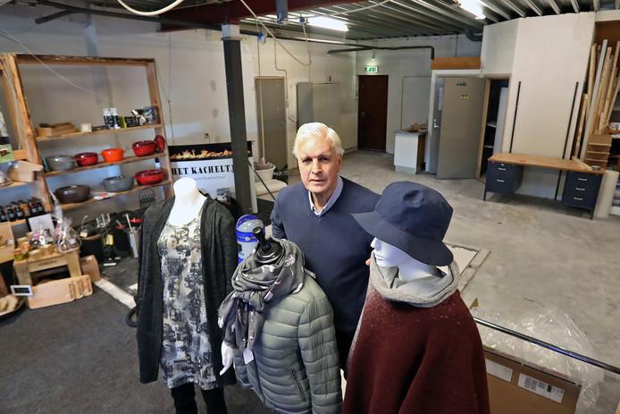 De Winkel van Sinkel gaat verbouwen ivm een andere indeling van de winkel. Martien Pater voor het nieuwe winkelgedeelte.