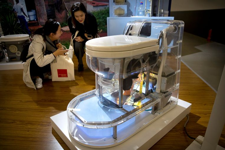 Op de expo werden zowat twintig nieuwe toiletten en technologieën voorgesteld. Beeld AP