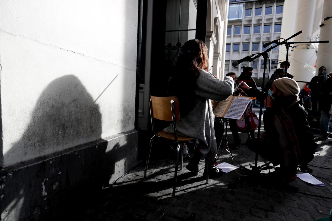 Leden van het symfonieorkest van De Munt in Brussel namen begin april buiten deel aan de protestactie Still Standing For Culture.