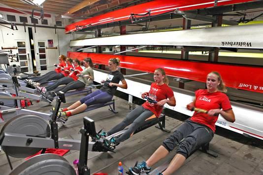 De vrouwen van de Delftse roeiclub in actie.
