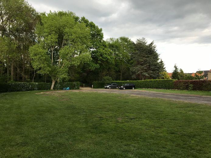 De parking aan de achterkant van het Ravenhofpark aan de Karel de Ghelderelaan.