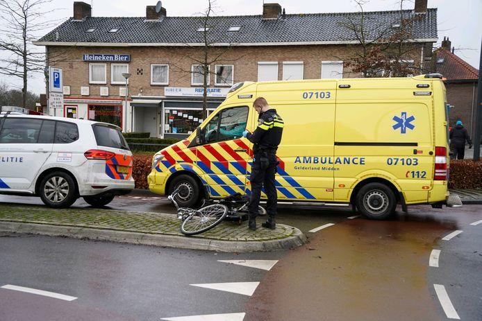 De ambulance bracht de gewonde fietser van Zevenaar naar het ziekenhuis in Arnhem.
