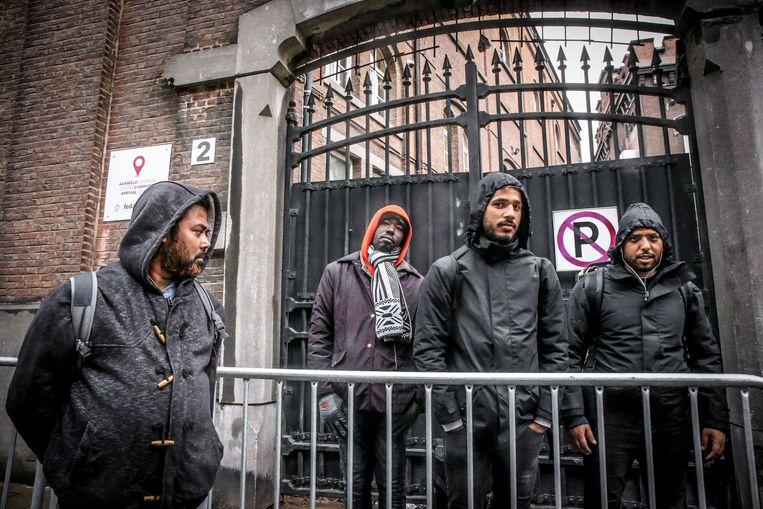 Mannelijke vluchtelingen en migranten aan het nieuw geopend aanmeldcentrum Klein Kasteeltje in Brussel. Het Klein Kasteeltje is nu het enige aanmeldpunt voor personen die een verzoek om internationale bescherming in België willen indienen.