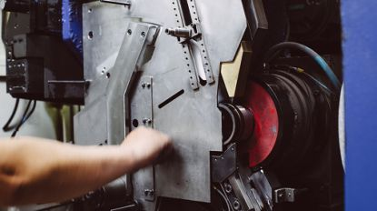 Arbeider komt met hand in machine terecht en dreigt vingers te verliezen