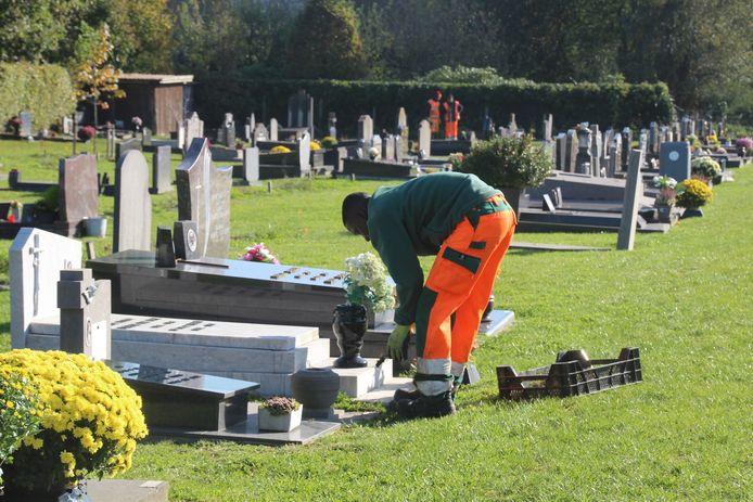 Onderhoudsmensen zijn deze week nog volop in de weer op de ingegroende begraafplaats van Bambrugge.