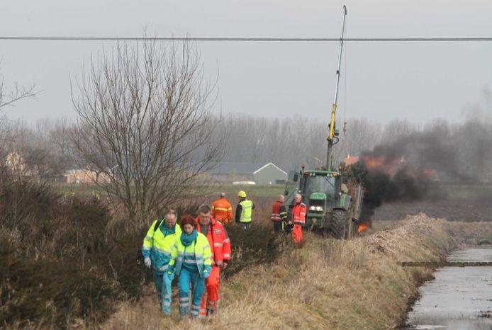 Hulpverleners bij het voertuig met de kraan die in aanraking kwam met de hoogspanningskabel. Foto: William Hoogteyling